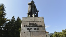 Piatra Neamt Statuia Kogalniceanu-8841